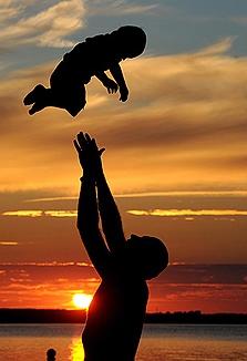 Ein Vater spielt am Montag (19.07.2010) beim Sonnenuntergang am Ostseestrand von Noer (Kreis Rendsburg-Eckernförde) mit seinem Sohn. Es wird noch einmal heiß in Deutschland: Die Meteorologen prognostizieren eine neue Hitzwelle mit Höchstemperaturen von bi