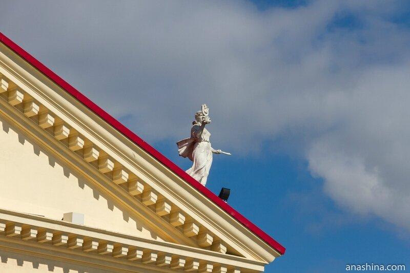 Скульптура на здании Зимнего театра, Сочи