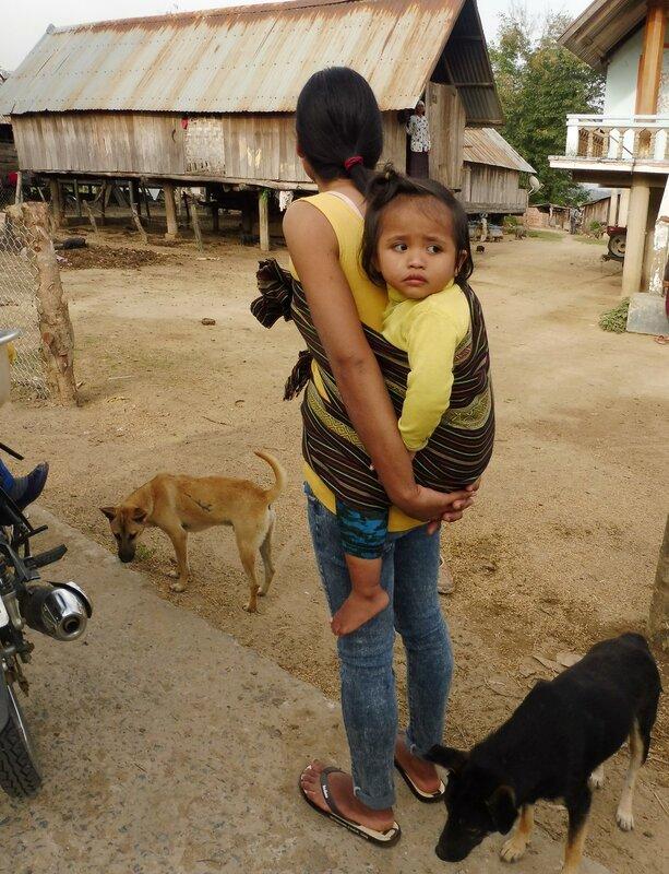 Женщина-мнонг с ребёнком
