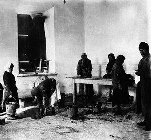 1921. Челябинск. Челябинская губернская совпартшкола. Мытье полов