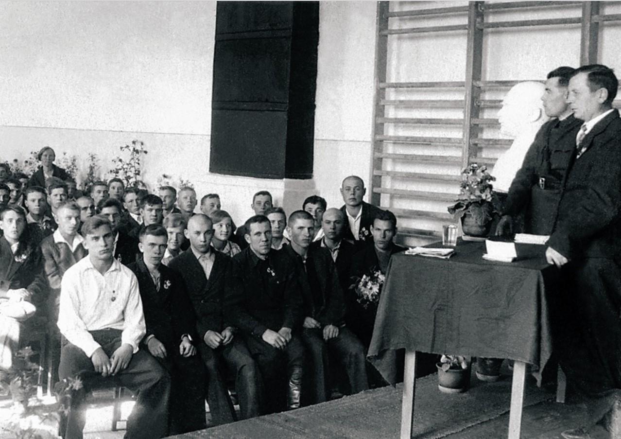 Сатка. Митинг, посвященный призыву в ряды РККА, в зале допризывной подготовки. 1940