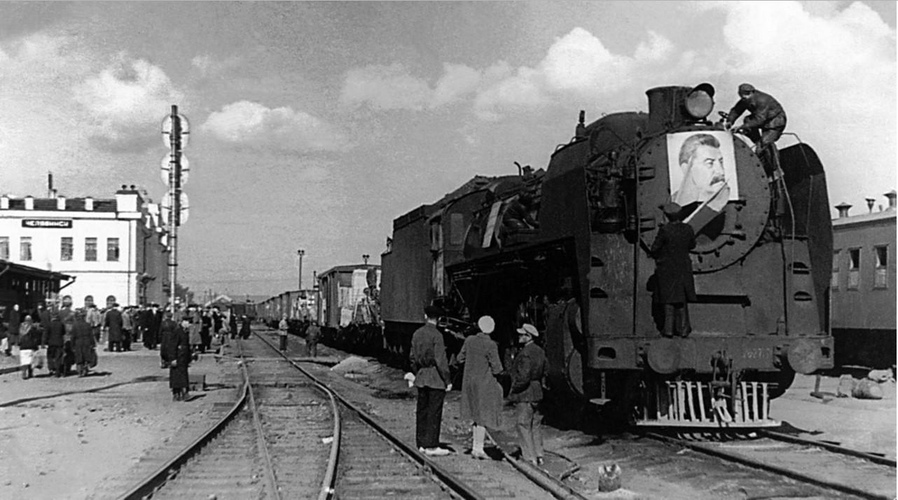 Челябинск. Железнодорожная станция. Отправка эшелона с оборудованием в Курскую область. 1943