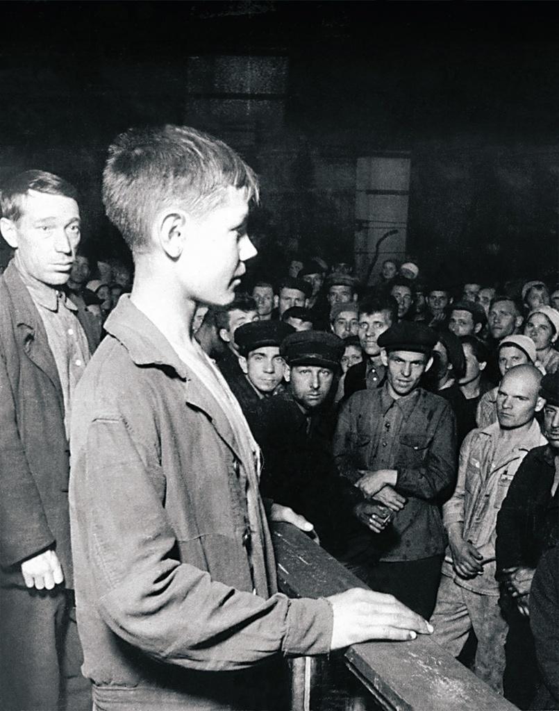 Челябинск. Оборонный завод. Собрание в цехе. На трибуне молодой рабочий Миша Мезенцев. 1943