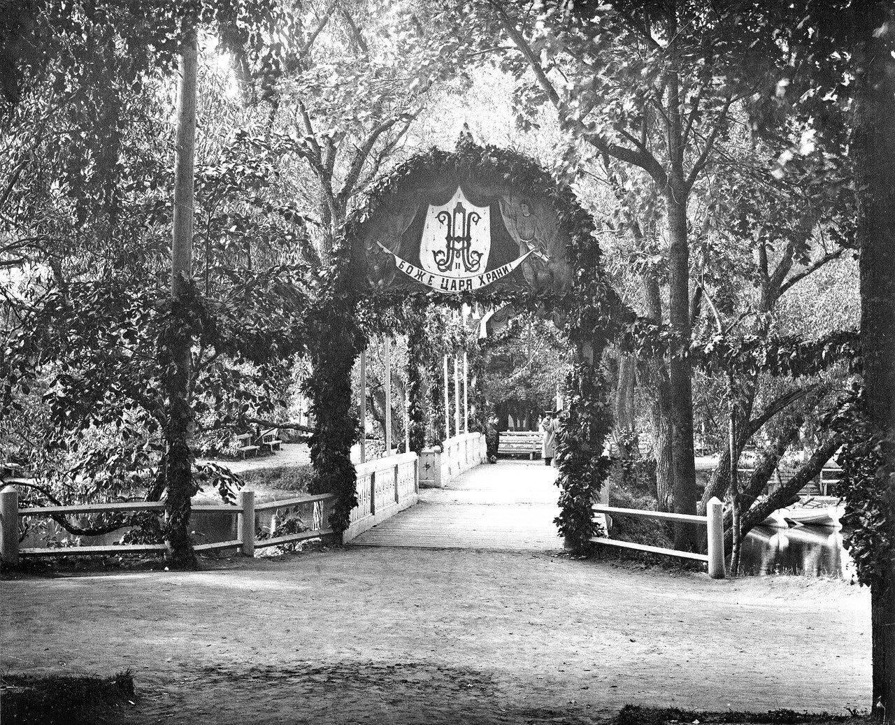 Мостик через пруд в Лопатинском саду. 1912