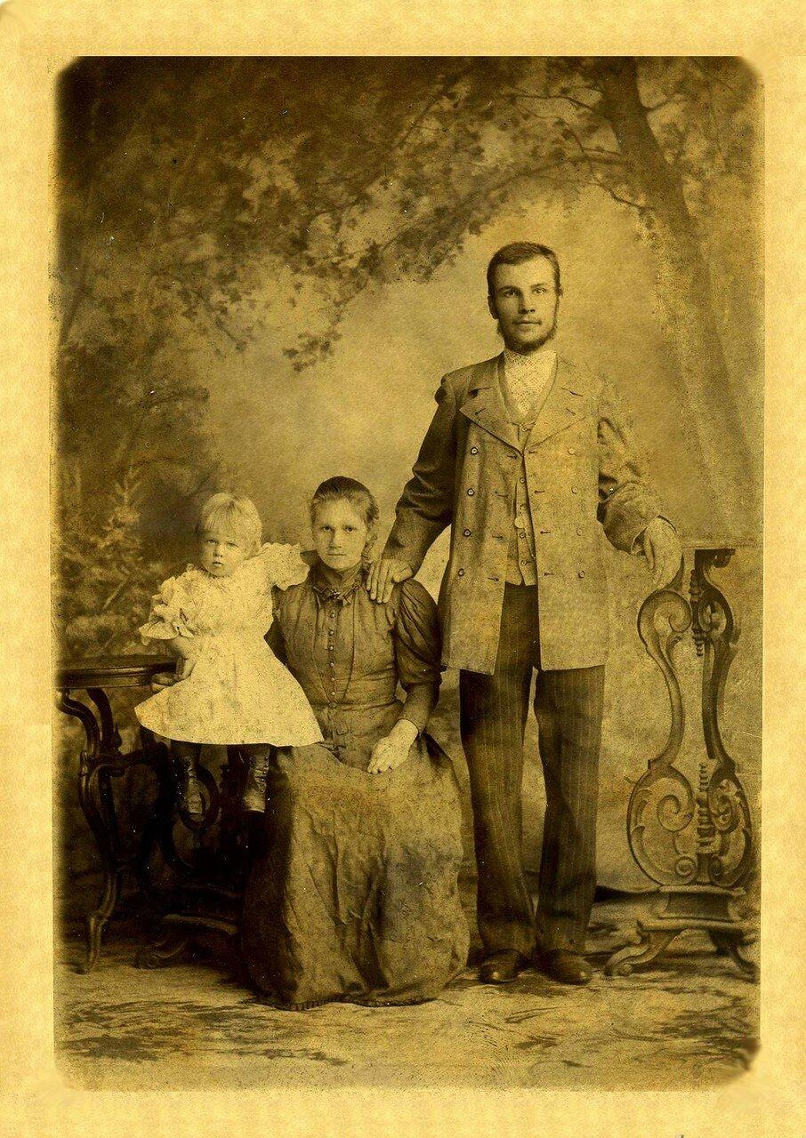 Легуш Степан Ефремович (расстрелян в 1937) с женой Анной Васильевной и дочерью Марией. 1896