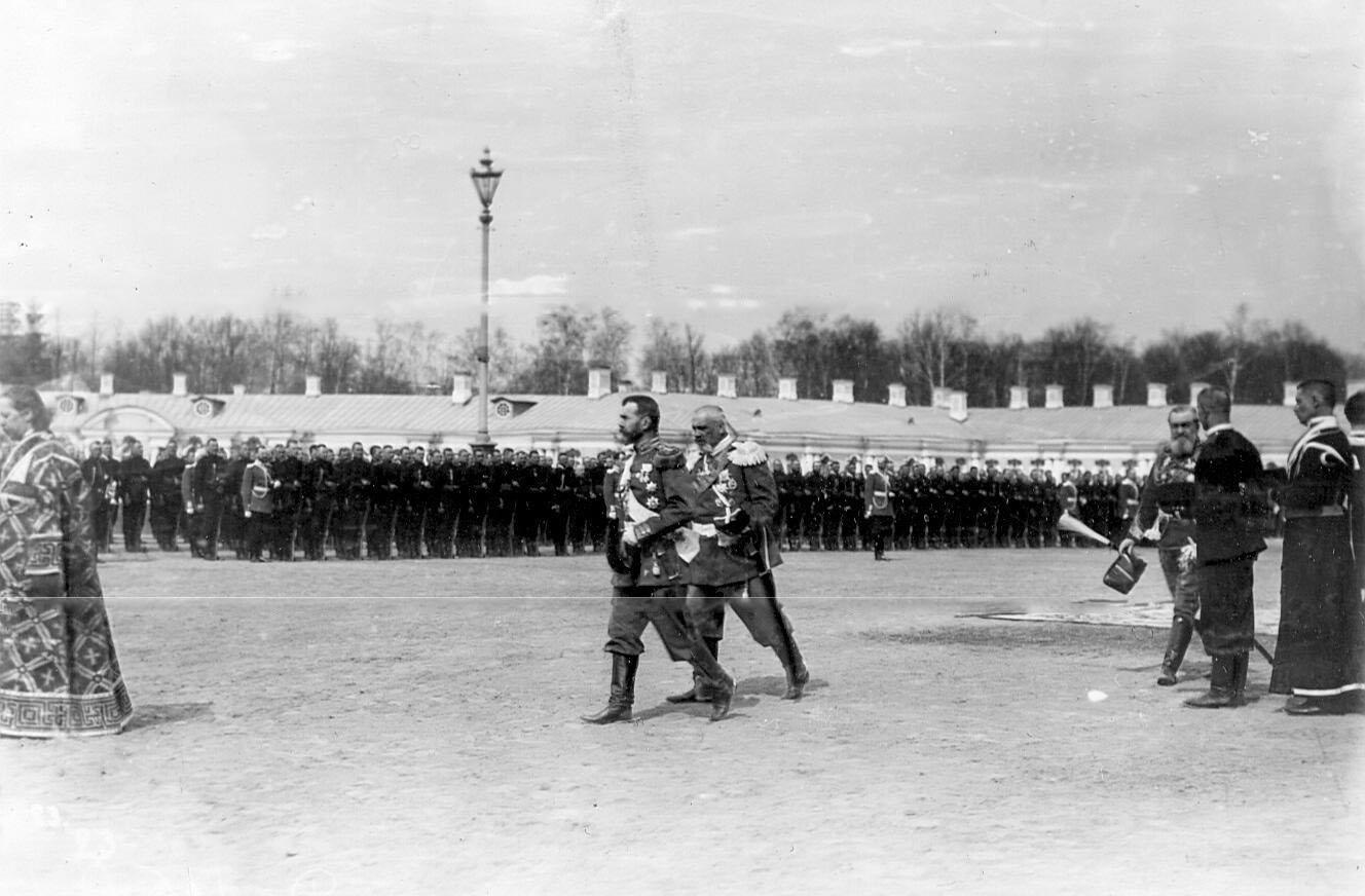 Император Николай II с группой офицеров обходит войска во время молебна