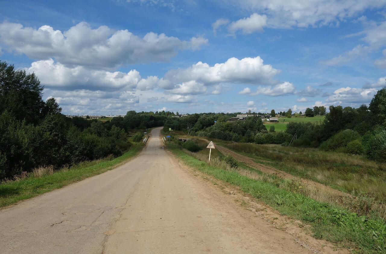 дорога грязная - в деревне что-то пашет