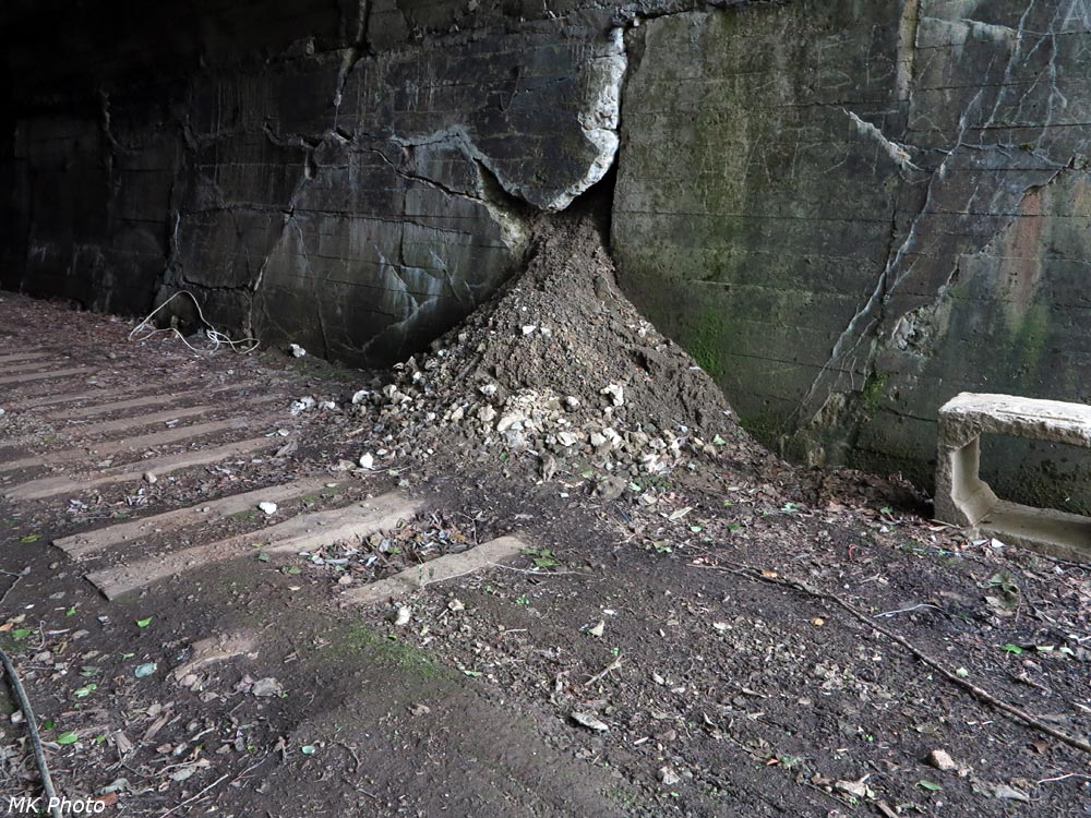 Осыпь из разрушающейся стены тоннеля