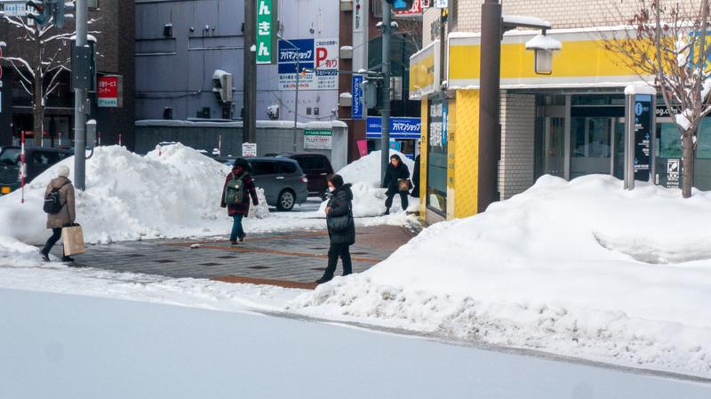 На снимке — город Асахикава после снежной бури. Но пешеходные дорожки — абсолютно чистые