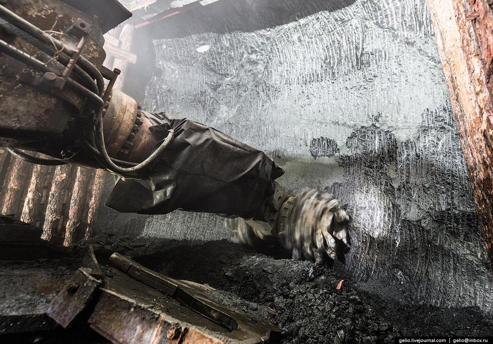 Для предотвращения затопления подземного рудника между дном карьера и выработками рудника остав