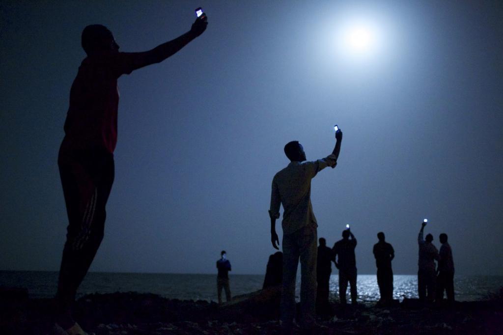 Фотограф Джон Стенмейер встретил в Джибути группу мигрантов, которые на берегу Аденского залива пыта