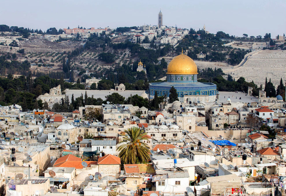 Мечети и христианские храмы. Если смотреть на город с туристической стороны, то он в разы богач