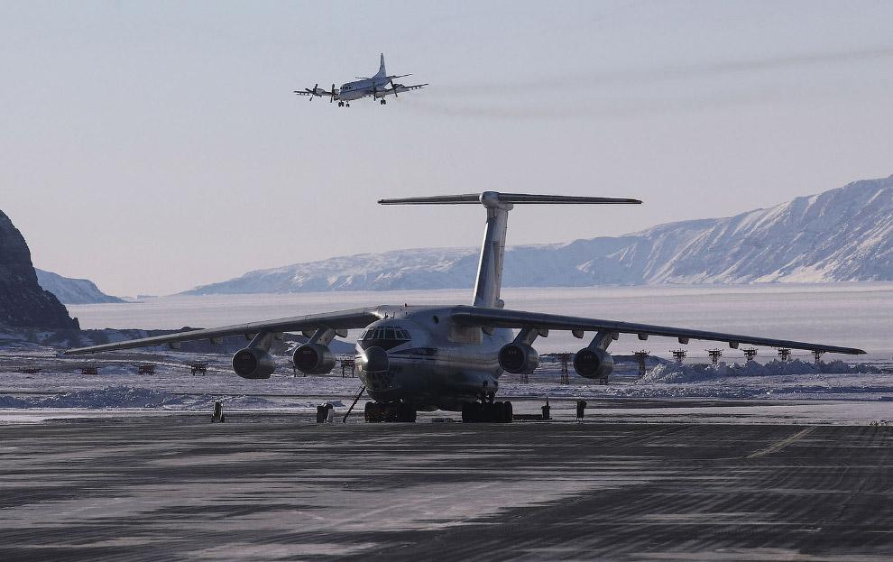 6. Летим у северо-западного побережья над Гренландией. Суровые здесь места, но красивые. (Фото