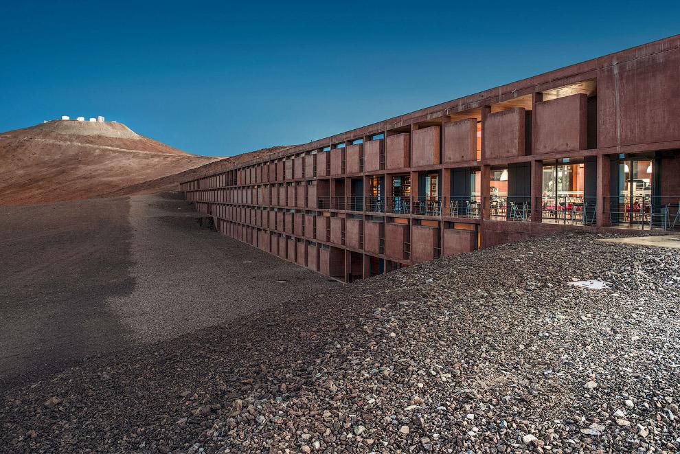 4. Здесь есть и неплохой оазис с бассейном. (Фото N. Blind | ESO):