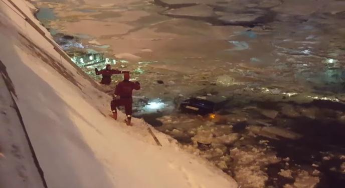 Работник ДПС спрыгнул вМосква-реку затонущей автомобилисткой иполучит награду