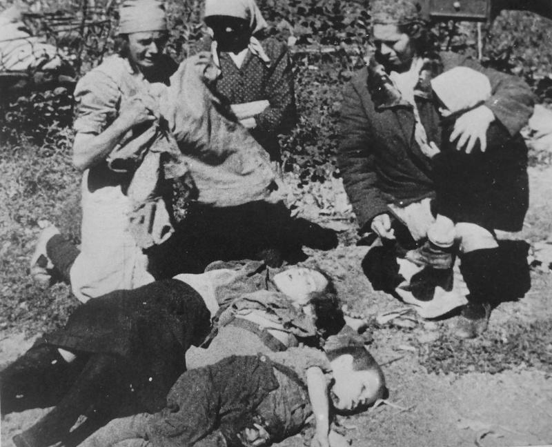 Жительницы Донбасса оплакивают погибших детей. 43.jpg