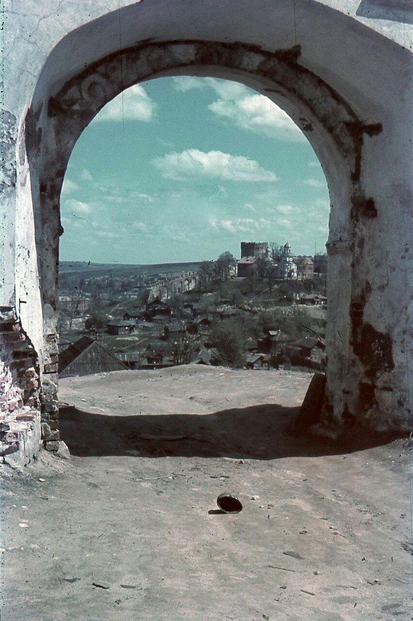 1942. Вид с Соборного двора на башню Веселуха и Покровскую церковь