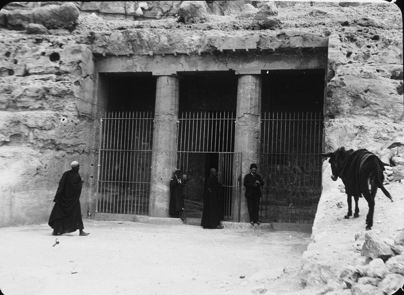 Бени Хасан. Вход в гробницу Хнумхотепа II