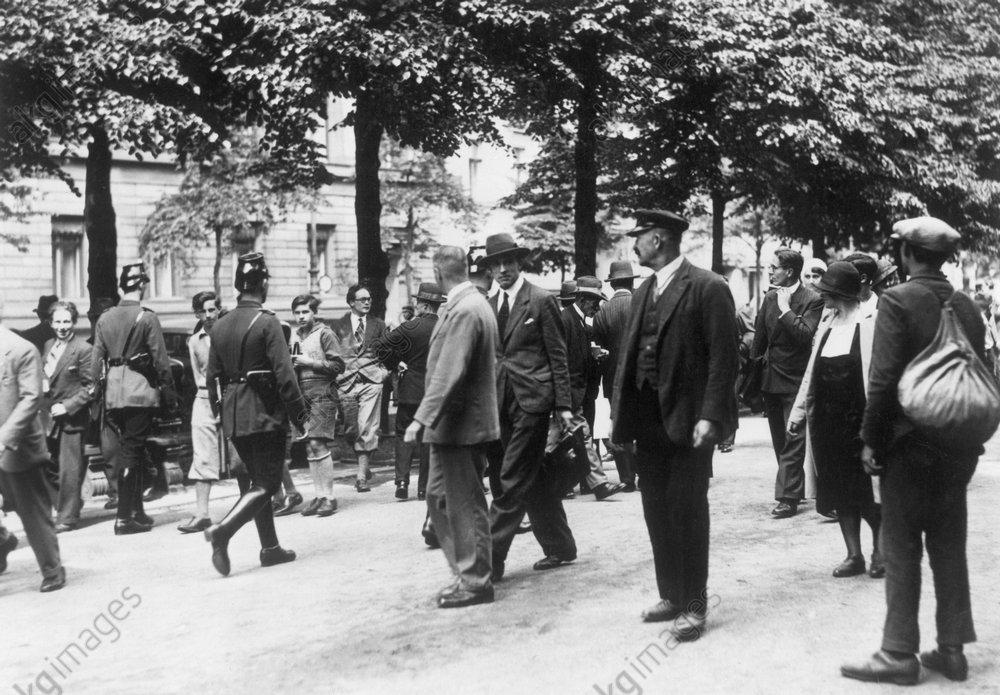 PreuЯenschlag, Ansammlung Unter den Lind - Prussian Coup, Crowd Unter den Linden -
