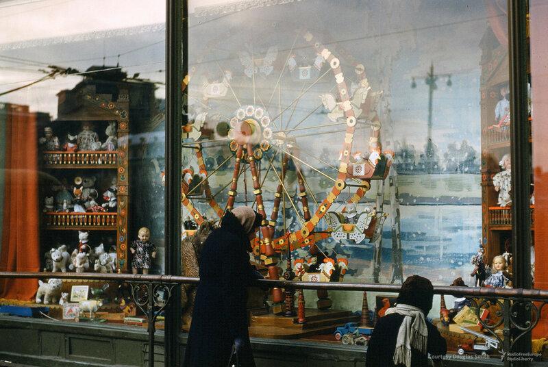 Витрина на Театральной площади, в одном шагу от Большого театра. Москва, Martin Manhoff.jpg