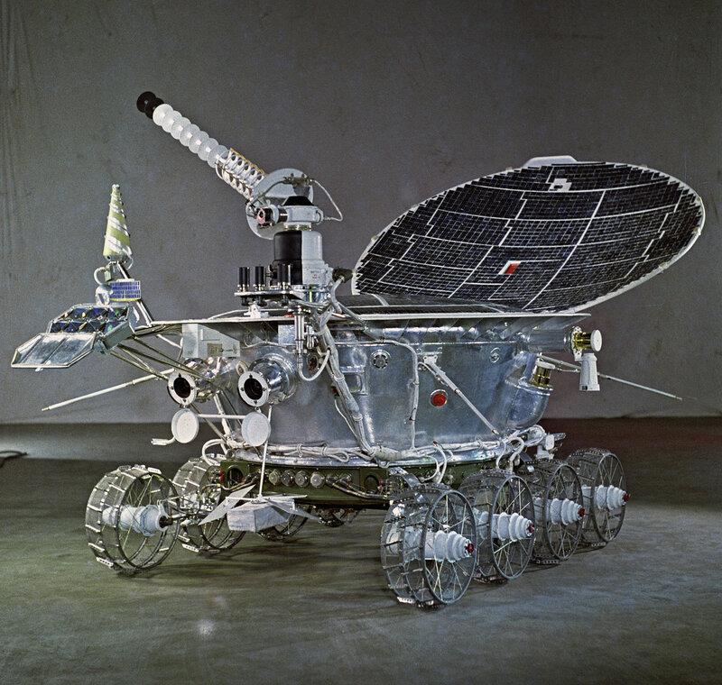 1971 Первый самоходный автоматический аппарат для исследования поверхности Луны - Луноход-1 с откинутой солнечной батареей. Б.Борисов, РИА.jpg