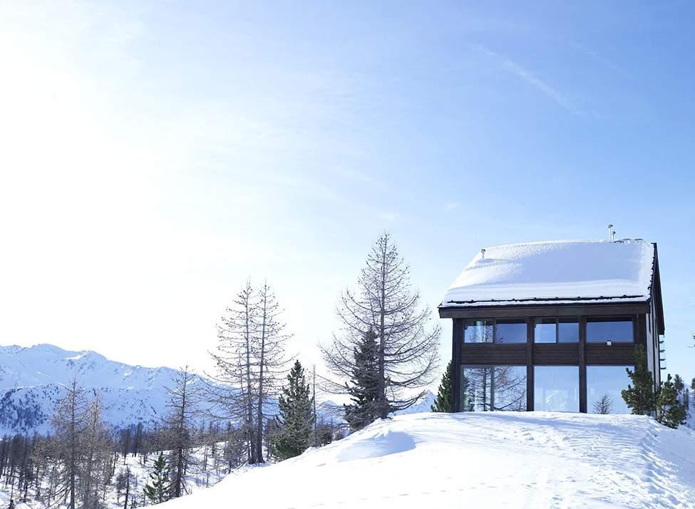 Современное шале на горнолыжном курорте в Альпах Италии