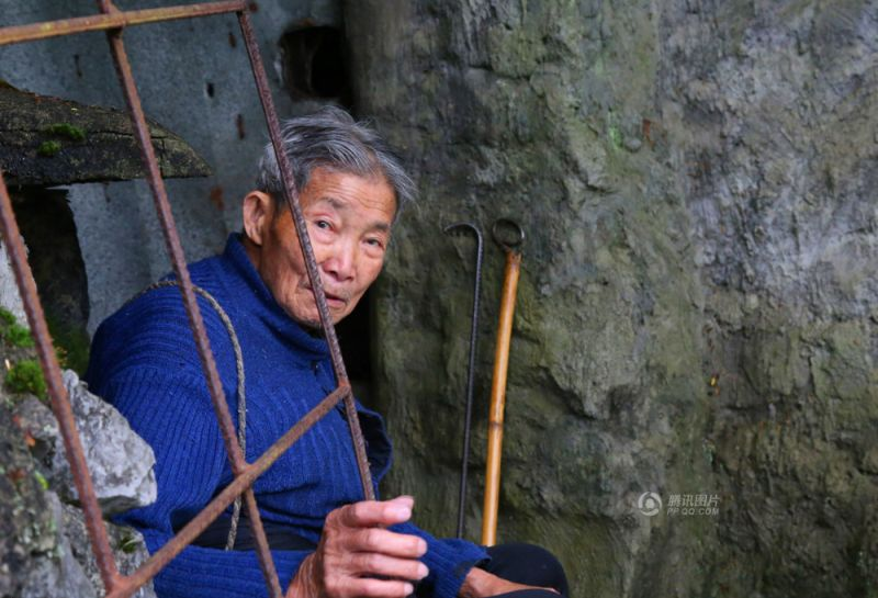 Старик построил себе мавзолей и теперь ожидает в нем смерти