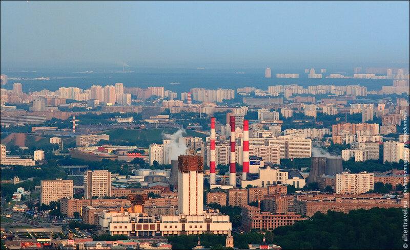 Здание Российской Академии наук на площади Гагарина и трубы ТЭЦ-20