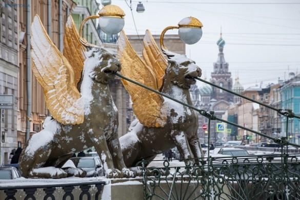 НаБанковском мосту начался демонтаж крылатых львов