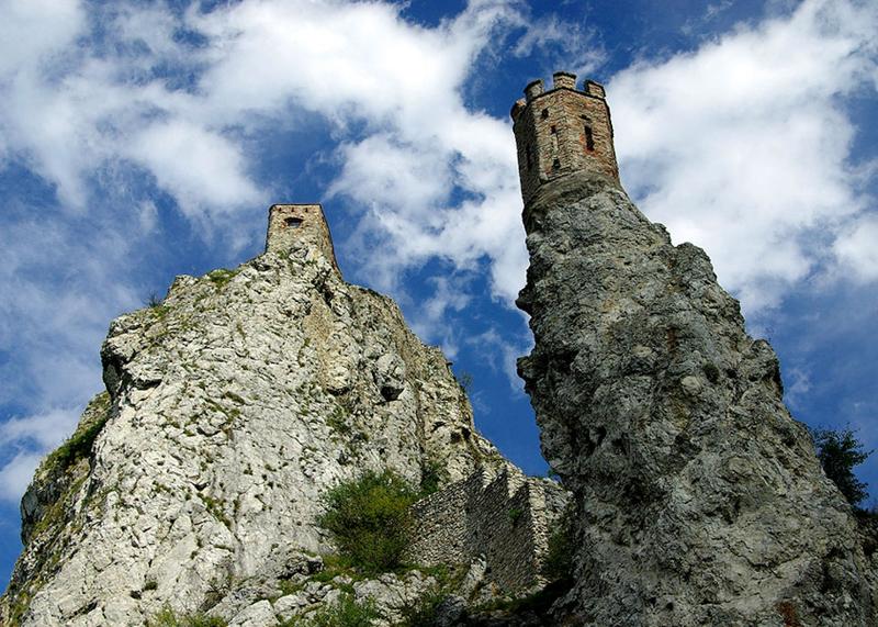 Около замки находятся рестораны и винарни