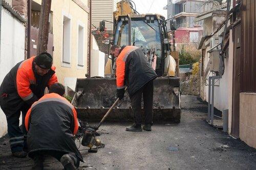 ВЯлте уложенный асфальт заблокировал граждан улицы водворах