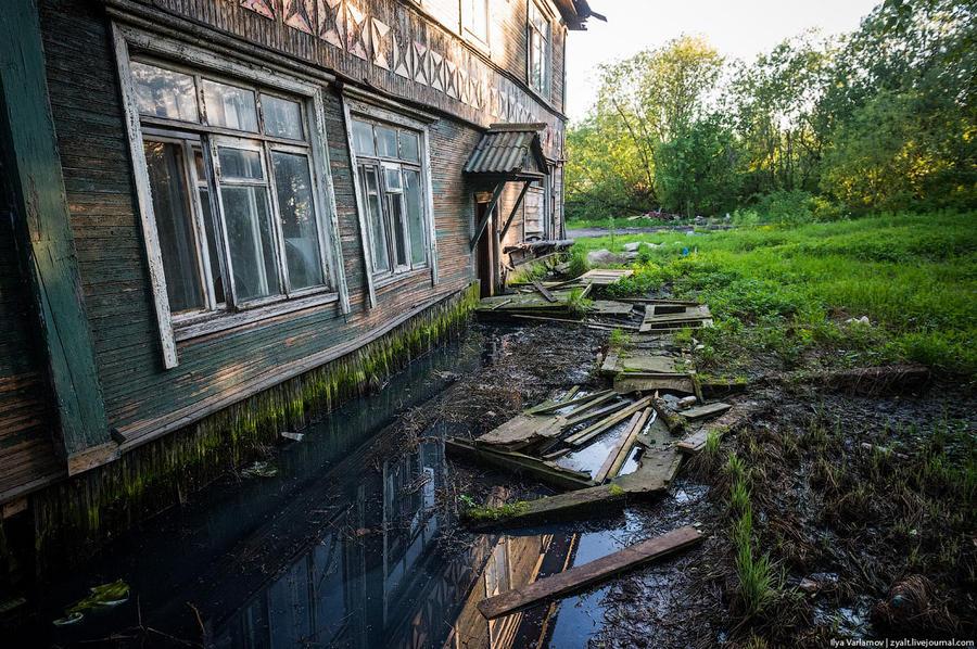 1. Это вход в подъезд. Нет, это не последствия наводнения. Вода тут не стоит всегда. Желающие попаст