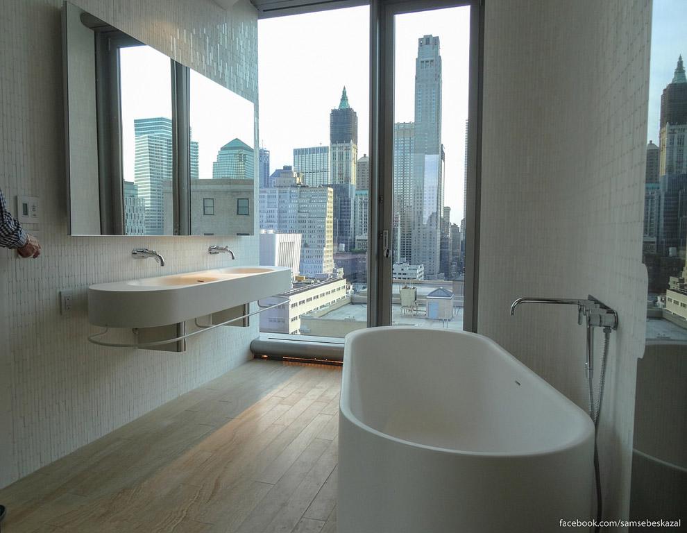 36. Это вид в обратную сторону. Душевая и туалет. Двери зеркальные, но сидя или стоя внутри вы