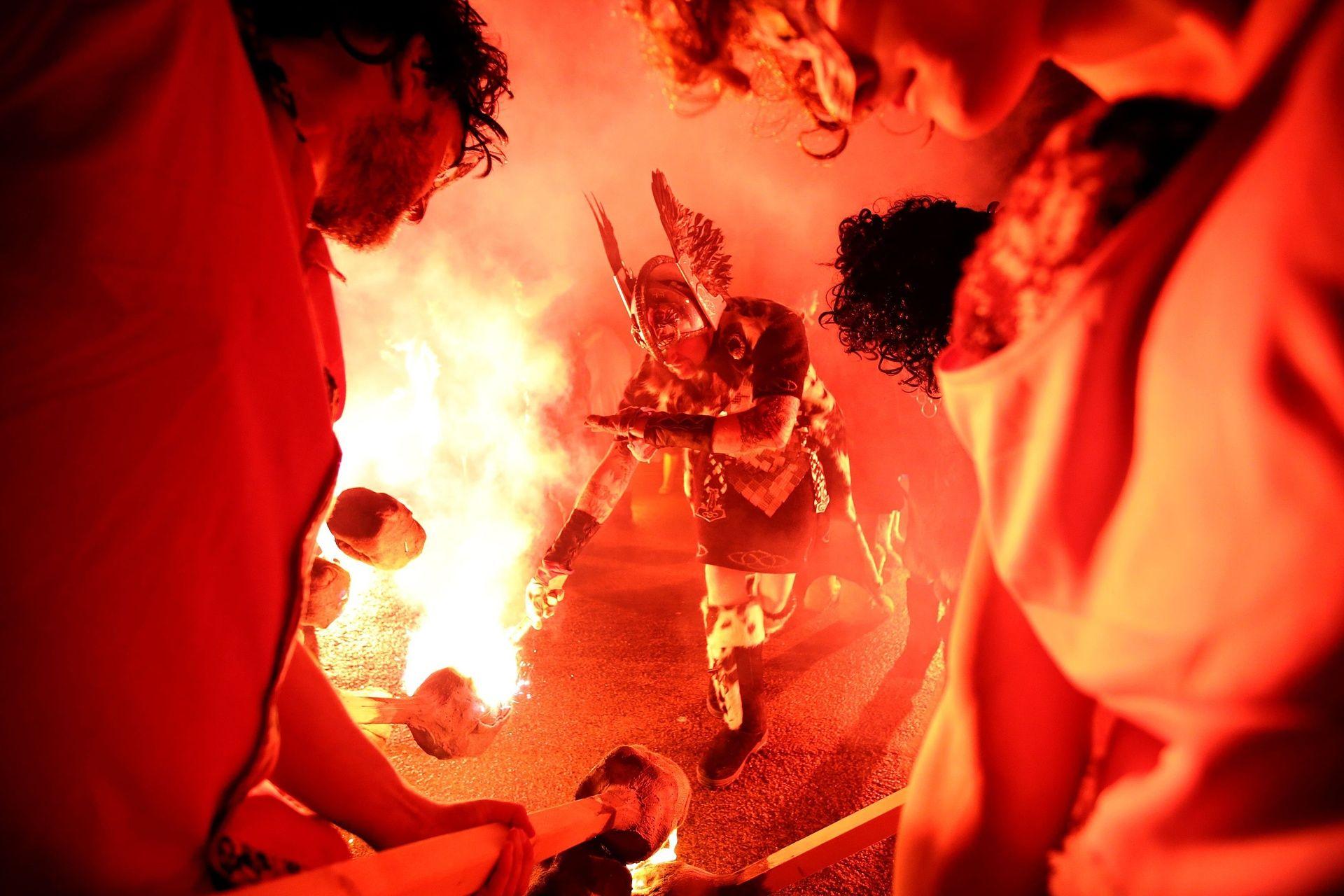 Участники зажигают факелы. Позже они будут бросать их в драккар, чтобы поджечь баркас.