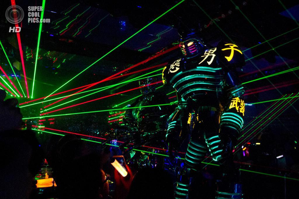 Япония. Токио. 6 октября. Светопредставление с роботами во время шоу-программы для посетитилей р