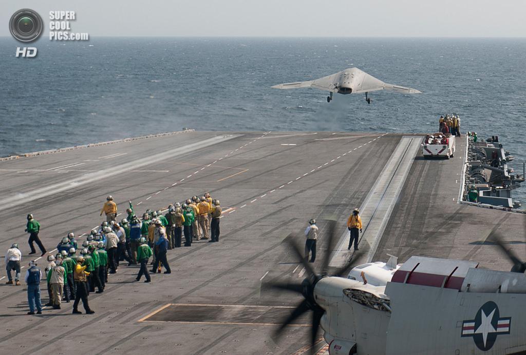 Взлёт беспилотного летательного аппарата Northrop Grumman X-47B с авианосца USS «Джордж Буш» пос