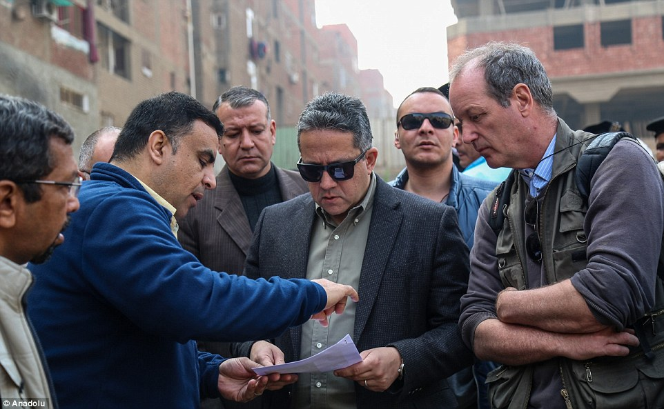 Халед аль-Анани (в центре) и Дитрих Рае (справа) на месте открытия в Матарайе.