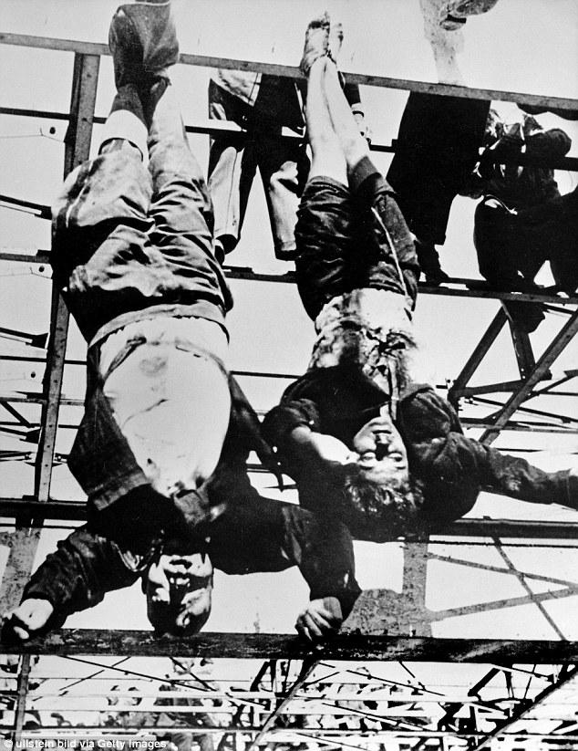 Тела Бенито Муссолини и его любовницы Клары Петаччи, подвешенные за ноги в Милане 29 апреля 1945 год