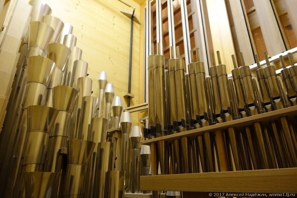 12. Некоторые трубы деревянные, некоторые металлические из оловянно-свинцового сплава.
