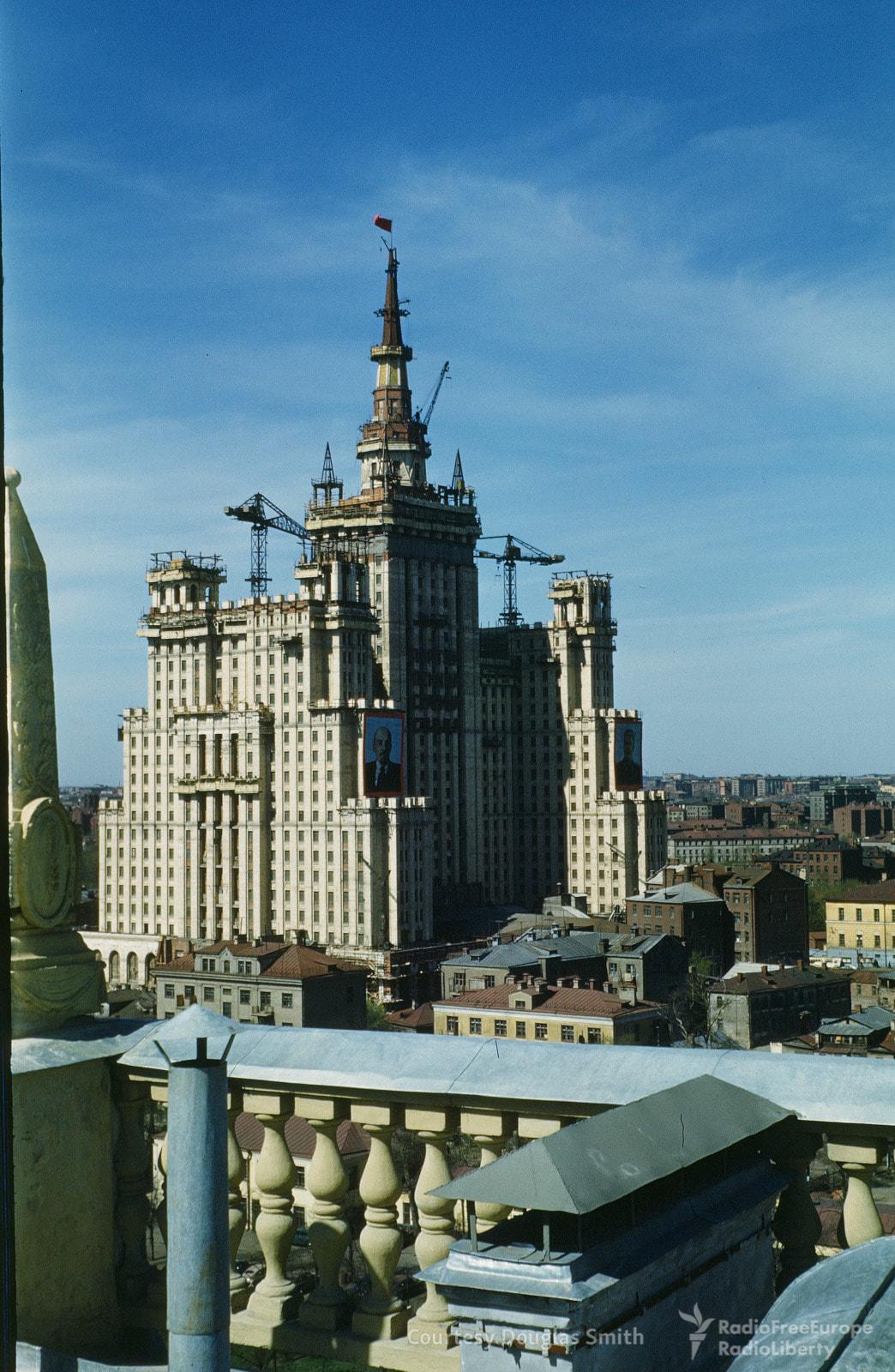 Завершение строительства сталинской высотки на площади Восстания (ныне Кудринская). Снято с крыши но