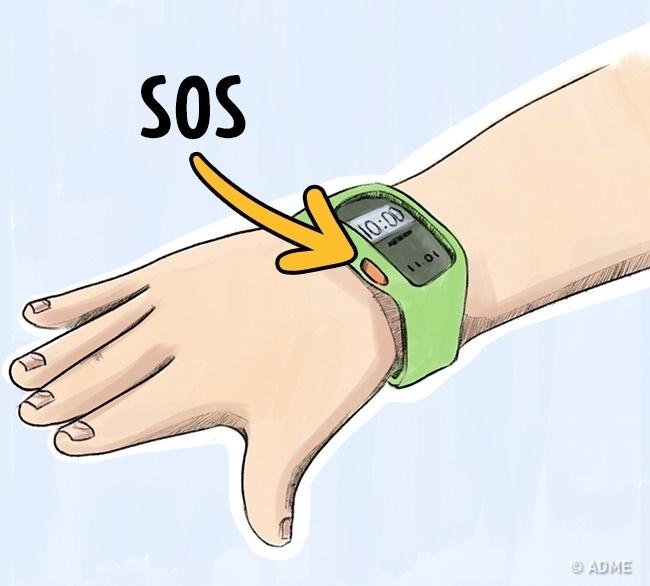 Гаджеты стревожной кнопкой бывают ввиде часов, брелока, браслета или медальона. Родители через спе