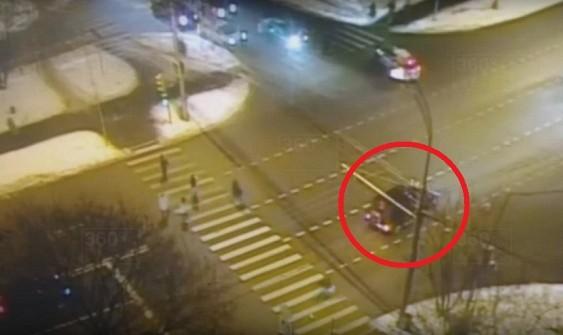 Сбившего близняшек в столице России водителя отправили под домашний арест