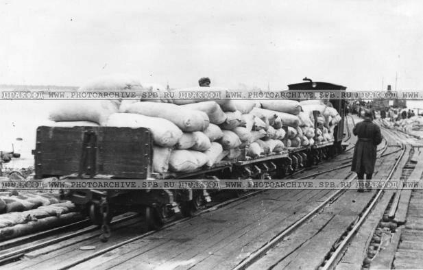 Продовольственные грузы подвозятся с баржи на берег на вагонетках. 1942 г.