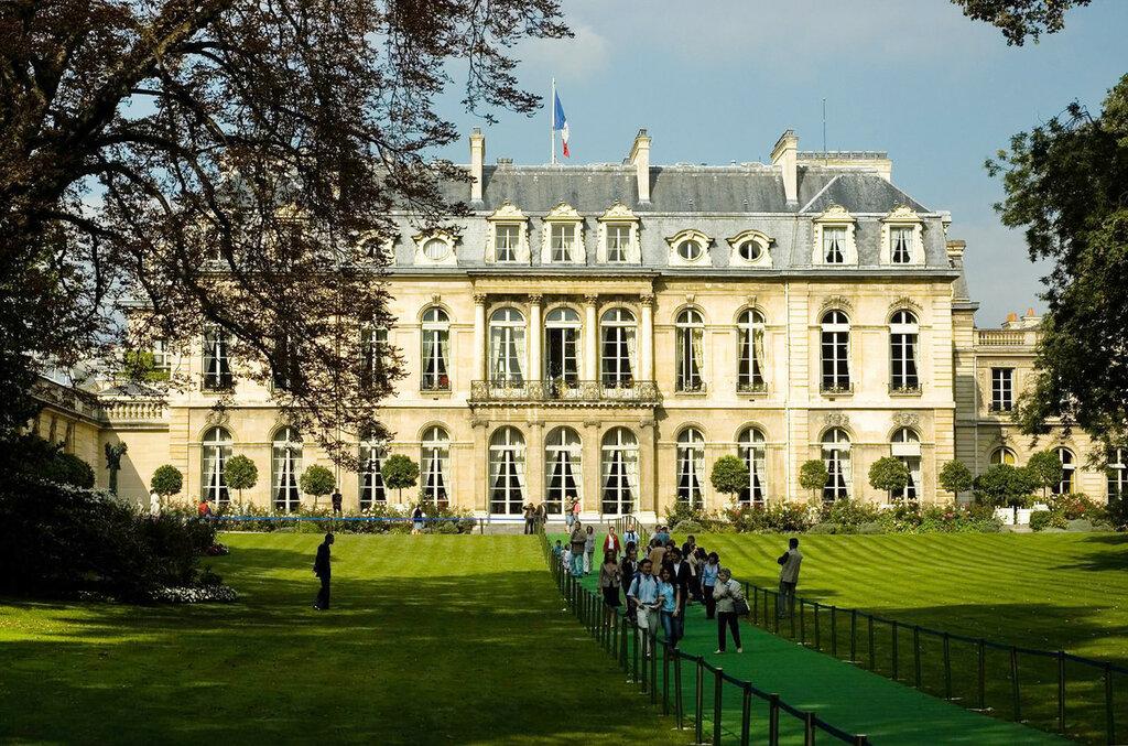 Вид на дворец из парка.jpg
