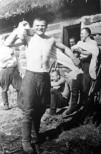 Красноармейцы отдыхают после бани. 41.jpg