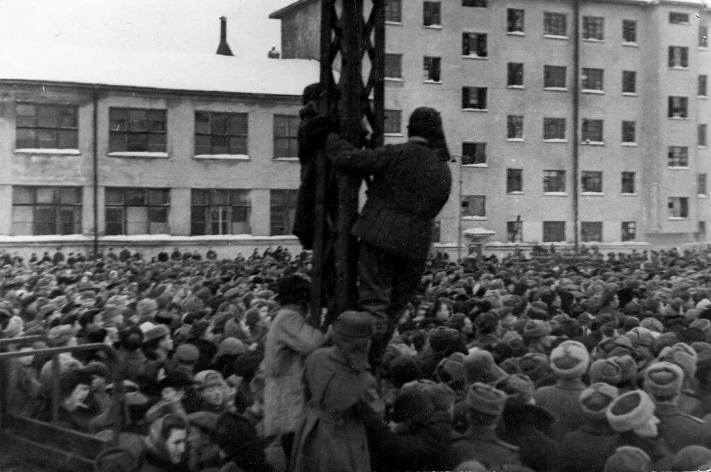 казнь военных преступников на площади перед кинотеатром