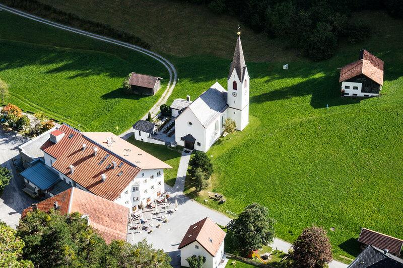 церковь возле замка Кронбург (kloster Kronburg), Альпы, Тироль, Австрия