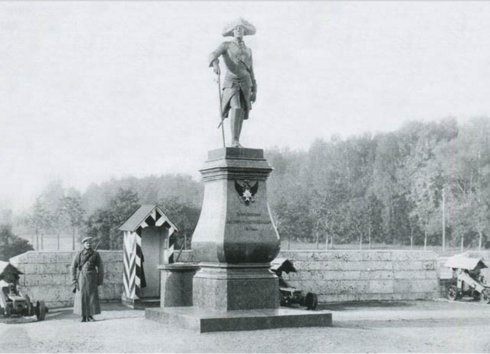 Гатчинский дворец. Памятник Павлу I на плацу