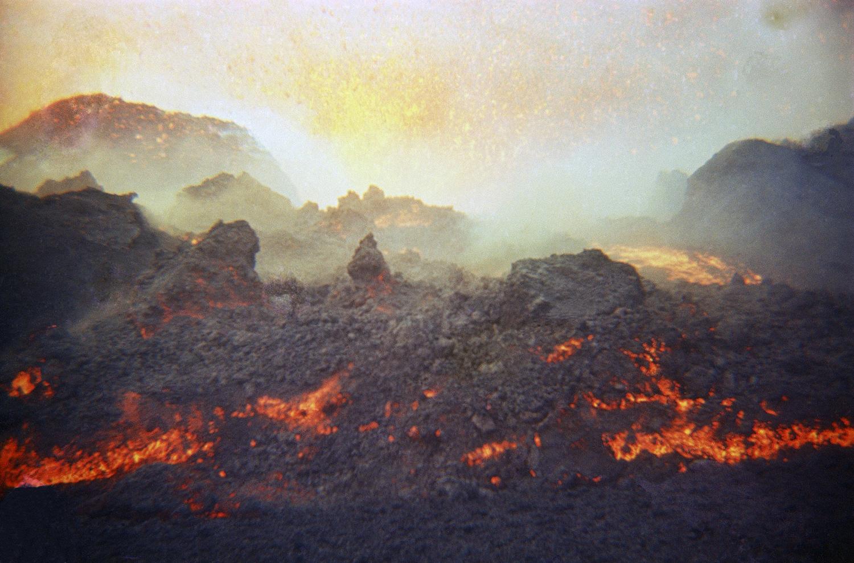 Лава извергается из вулкана Эльдфедль