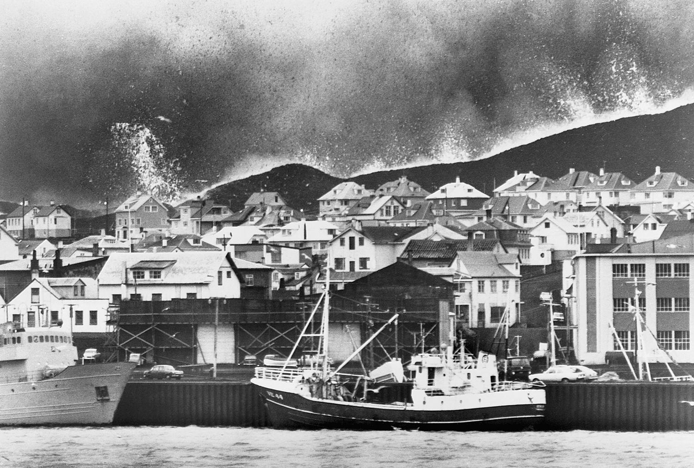 25 января 1973. Вестманнаэйяр. Потоки раскаленной лавы дошли до гавани